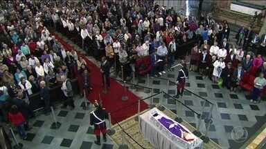 Milhares se reúnem na Catedral da Sé para último adeus a Dom Paulo Arns - Arcebispo emérito de São Paulo morreu aos 95 anos. Ele será sepultado na cripta da Catedral da Sé nesta sexta (16).