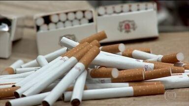 Rota dos cigarros clandestinos no Brasil é a mesma do tráfico de drogas - Cerca de 800 mil maços de cigarro pirata são apreendidos por dia e já estão na maioria dos pontos comerciais do país. E para fugir das apreensões, parte das quadrilhas já produz cigarro clandestino no Brasil.