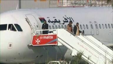 Passageiros de avião sequestrado na Líbia são liberados - Um avião com 118 pessoas a bordo foi sequestrado na Líbia e levado para Malta. Depois de negociar, o primeiro-ministro de Malta informou que grupos de passageiros de 25 pessoas estão sendo libertados aos poucos. Sequestradores pedem asilo em Malta.