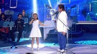 Roberto Carlos e Rafa Gomes cantam a música 'Todos Estão Surdos' - Na companhia de Roberto Carlos, Rafa Gomes anima a plateia