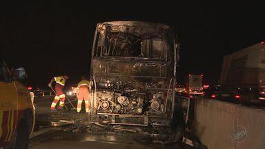 Ônibus pega fogo na Rodovia Anhanguera em Nova Odessa, SP - Trânsito no local foi liberado após às 23h de quinta-feira (23).