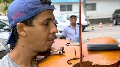 Pedreiro violinista divide o tempo entre as atividades em Cariacica, no ES - Edvaldo Alves conheceu o violino na igreja, quando tinha 15 anos.