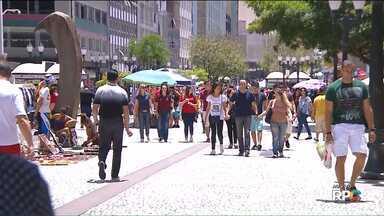 Rua XV de novembro, em Curitiba, fica movimentada na véspera do Natal - Muita gente aproveitou a manhã para fazer compras.