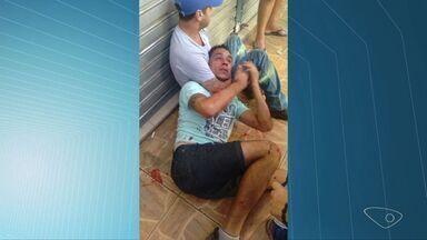 Homem tenta assaltar mulher em ônibus e é agredido em Cariacica, no ES - Ele tentou roubar a bolsa e ela reagiu.