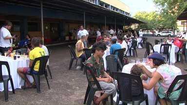 Moradores de rua participam de ceia de natal promovida por Igreja de Foz - A ceia foi realizada no estacionamento de um antigo supermercado.