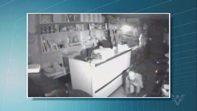 Ladrão entra em loja engatinhando e furta comércio em Mongaguá - Crime aconteceu na madrugada desta sexta-feira (23).