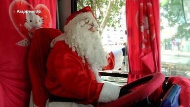Embarque em um passeio em ônibus diferente, todo decorado com o temática natalina - Conheça a história de Ismael Martins, que há seis anos se fantasia de Papai Noel para levar sorrisos por onde passa.