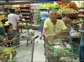 Moradores de Araguaína lotam supermercados na véspera de Natal - Moradores de Araguaína lotam supermercados na véspera de Natal
