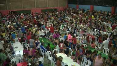 Jantar de natal beneficia mais de 3 mil pessoas em Pocinhos - Comerciantes e voluntários se reuniram para promover jantar.