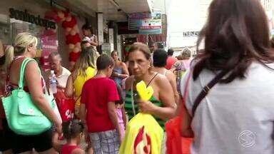 Véspera de Natal tem lojas lotadas em todo o Sul do Rio de Janeiro - Vários atrasadinhos que deixaram para escolher o presente na última hora encontraram as ruas cheias neste sábado (24).