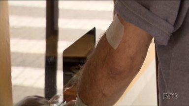 Pacientes que fazem hemodiálise sofrem com falta de transporte nos fins de semana - Os pacientes fazem o procedimento pelo menos três vezes por semana em Curitiba. E quem precisa de atendimento aos sábados e feriados não pode usar o transporte fornecido pela prefeitura.