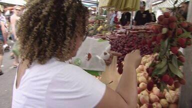 Santistas compram frutas de Natal na última hora em feiras livres - As compras das frutas foram as últimas a serem feitas por muitos moradores.