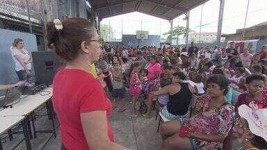 Festa de Natal anima moradores do bairro Catiapoã, em São Vicente - Uma moradora dedica seu tempo à comunidade e às crianças.
