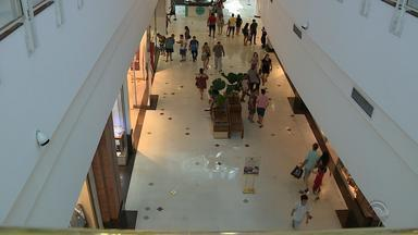 Véspera de Natal tem movimento tranquilo na capital gaúcha - Consumidores não encontraram muitas filas no shopping e no Mercado Público.
