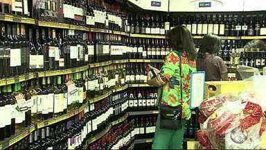 Supermercados registram aumento no movimento na véspera de natal - Muita gente deixou para fazer as compras para a ceia de natal de última hora.