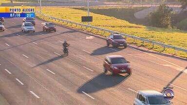 Mais de 2 mil motoristas são multados por excesso de velocidade durante o feriadão - Movimento na freeway é crescente nesta segunda-feira (26).