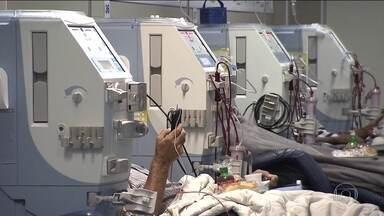 Falta de clínicas de hemodiálise no SUS tira vagas de hospitais públicos - Mais de 120 mil pessoas precisam fazer hemodiálise em todo país, na Bahia, a falta de clínicas credenciadas pelo SUS está reduzindo vagas nos hospitais públicos.