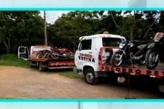 Motocicletas em situação irregular são apreendidas em Divinópolis - Ao todo, nove veículos foram apreendidos. Segundo a Polícia Militar (PM), uns estavam com a documentação irregular e outros com alterações nas características.