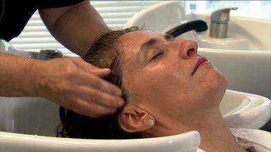 Detox faz limpeza profunda do couro cabeludo - Produtos especiais removem resíduos químicos, sujeira do ar e oleosidade do couro cabeludo.