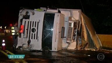 Caminhão perde o freio e provoca acidente na rodovia Mogi-Bertioga - Um caminhão perdeu o freio e saiu batendo em dez carros. Foi no mesmo trecho daquele acidente com um ônibus de estudantes, em junho, que matou 18 pessoas. Dessa vez, ninguém se machucou. A estrada ficou bloqueada até o começo da madrugada.
