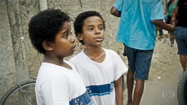 Cidade dos Homens - Episódio 3 - Laranjinha não consegue dinheiro para operar o filho e pensa em trabalhar para o tráfico. Acerola lembra quando tentaram entrar para o mundo do crime.