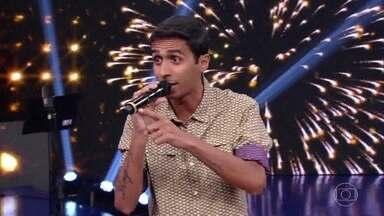 Mosquito faz rima com as sugestões da plateia - O cantor mostra que tem raciocínio rápido