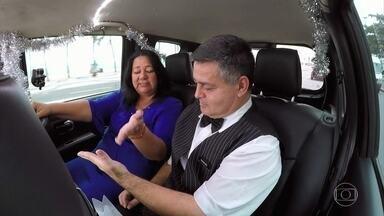 Vidente lê a mão de um passageiro no 'Vou de táxi' - Luciano Huck se impressiona com as previsões e também conversa com um agente penitenciário