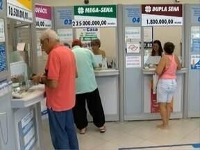 Lotéricas ficam lotadas no último dia de apostas para a mega da virada - Mais de R$ 220 milhões serão sorteados.