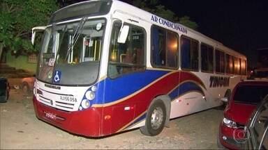 Criminosos trocam tiros com policiais durante assalto a ônibus na Via Dutra - O crime aconteceu na altura de São João de Meriti. Um criminoso foi baleado e outro acabou preso.