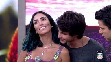 Bruno Guedes aceita desafio de descobrir o perfume da namorada Jade Seba - Ator de 'Malhação' opina se o cheiro é doce, cítrico ou amadeirado