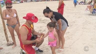 Salva-vidas alertam para a importância da identificação das crianças na praia - Salva-vidas alertam sobre a importância da identificação das crianças na praia para que não aconteçam desencontros com os pais