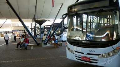 Rodoviários de Macaé, RJ, realizam ato contra atraso do salário - Funcionários impediram a circulação de ônibus no Terminal Central.