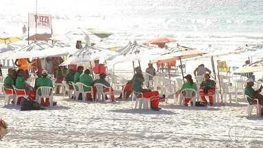 Lixo continua aglomerado na Praia das Dunas, em Cabo Frio, no RJ - Moradores enviaram vídeos na segunda-feira (9) mostrando o excesso de lixo.
