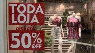 Lojas do ES fazem promoções para atrair consumidores - Janeiro é tradicionalmente mês de promoção no comércio, mas elas estão começando cada vez mais cedo.