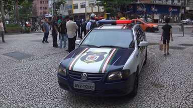 Jovem é ferido durante tentativa de assalto no centro de Curitiba, nesta quinta-feira (12) - O assaltante tentou fugir, mas foi detido e agredido por algumas pessoas que passavam pelo local. A polícia foi chamada para resolver a situação.