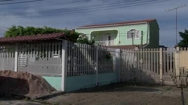Homem morre após ser baleado em tentativa de assalto, em Taguatinga Sul - Três homens aproveitaram quando o pedreiro deixou o portão aberto e invadiram a casa. Os assaltantes renderam a dona da casa, o pedreiro e outras duas pessoas. Um vigilante de 55 anos, inquilino da casa dos fundos, reagiu e levou um tiro no peito.