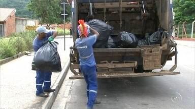 Funcionários de limpeza e coletores de lixo de Itupeva encerram greve - Funcionários da limpeza e dos coletores de lixo de Itupeva (SP) retornaram ao trabalho na noite desta quarta-feira (11). Cerca de 100 trabalhadores deram início a greve no sábado (7) pela falta do pagamento do salário, que era para ter sido depositado na última sexta-feira (6).