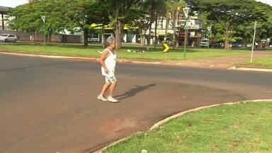 Pedestres reclamam da falta de sinalização em rotatória em Maringá - A sugestão de reportagem foi enviada por um telespectador