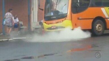 Ônibus de transporte urbano de Araçatuba sofre princípio de incêndio - Um coletivo do Transporte Urbano de Araçatuba (SP) teve princípio de incêndio no Terminal Rodoviário nesta quarta-feira (11). De acordo com a empresa responsável pelas linhas dos coletivos, houve um superaquecimento na embreagem, que causou o princípio de incêndio.