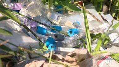 Quase 100 kg de medicamentos são descartados em terreno no ES - Remédios foram encontrados por uma recepcionista, em Vila Velha.Grande parte dos medicamentos estava dentro do prazo de validade.