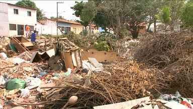 Moradores reclamam de lixão em bairro em São Luís, MA - Situação ocorre no bairro Cohab Anil. Segundo os moradores, além do amontoado de lixo por todos os lados, o mau cheiro tem causado revolta.