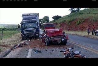 Colisão entre carro e caminhão deixa três mortos em Governador Valadares - No carro estavam dois homens e uma mulher, que morreram na hora.