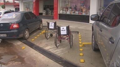 Cadeiras de rodas ocupam vagas de estacionamento em protesto em Macapá - Protesto pede respeito às vagas reservadas a deficientes e idosos.