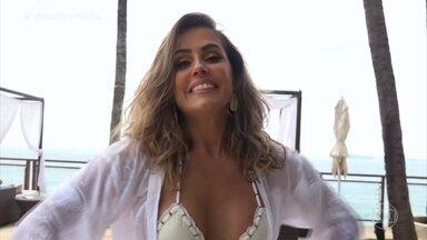 Deborah Secco posa para capa de revista - Atriz aproveita os momentos de preparação para conversar com a filha Maria Flor pelo celular