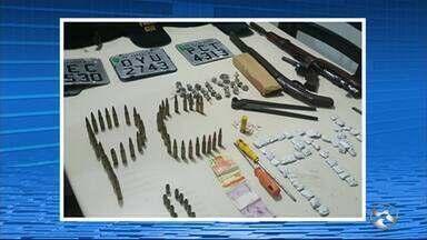 Armas e drogas são apreendidas em Cupira, no Agreste - No esconderijo haviam fuzis e espingardas, além de munição, maconha e crack, coletes com capas, placas de moto, dinheiro e um aparelho celular.