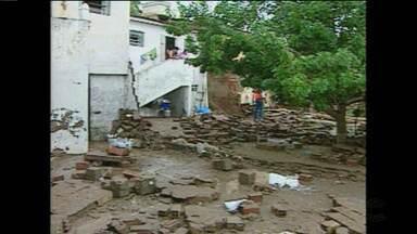 Cinco anos após alagamento que derrubou muro de casas, moradores temem nova tragédia - Com a chegada das chuvas, moradores do bairro de Santa Rosa temem que alagamento derrube muros e casas.