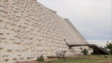Ministério da Cultura e GDF fazem promessa para reabrir principal teatro do DF - O Teatro Nacional está fechado desde janeiro de 2014.
