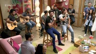 Munhoz e Mariano cantam 'Copo na Mão' - Dupla relembra início de carreira