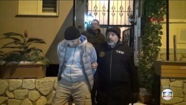 Turquia prende 2 chineses suspeitos de envolvimento a ataque a boate - As vítimas celebravam o Ano Novo em Istambul. Trinta e cinco pessoas já foram presas em conexão com o massacre. O Estado Islâmico reivindicou a autoria do atentado.