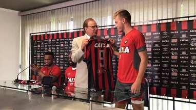 Confira o presidente do Atlético-PR entregando as camisas para os jogadores - Confira o presidente do Atlético-PR entregando as camisas para os jogadores